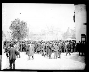 1908 crowd outside west side grounds